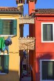 Красочные малые, ярко покрашенные дома на острове Burano, Венеции, Италии Стоковые Изображения