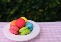 Красочные мини macarons с кружкой влюбленности Стоковая Фотография
