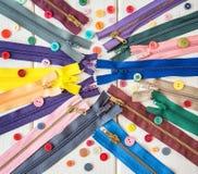 Красочные молнии и кнопки на белом деревянном столе Деревенский тип needlework стоковые изображения rf