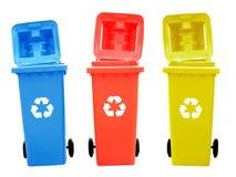 Красочные мусорные корзины изолированные с рециркулируют знак Стоковые Фотографии RF