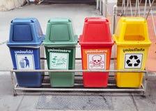 Красочные мусорные корзины для собрания рециркулируют материалы Стоковые Фотографии RF