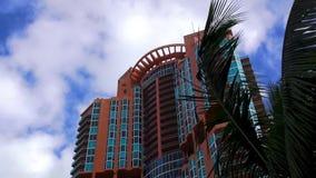 Красочные небоскребы и квартиры в городских пейзажах Miami Beach США видеоматериал