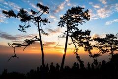 Красочные небо и силуэт людей видя восход солнца на Phukradu Стоковая Фотография