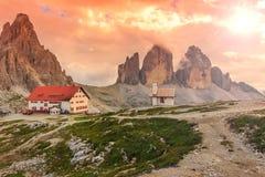Красочные небо, часовня и укрытие в высоких горах, доломитах, Италии Стоковая Фотография RF