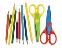 Красочные ножницы и покрашенные карандаши Стоковые Изображения RF