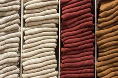 Красочные носки штабелированные на полке стоковое фото rf