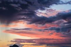 Красочные облака с далекой горой стоковые фото