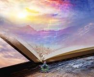 Красочные облака с пирофакелом объектива Красивейший небесный ландшафт с солнцем в облаках стоковые изображения
