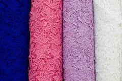 Красочные образцы ткани шнурка на shopfront Стоковая Фотография RF
