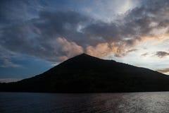 Красочные облака и вулкан в островах Banda стоковое изображение rf