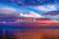 Красочные облака над большим озером Стоковые Фотографии RF
