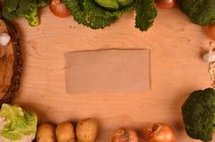 Красочные овощи капуста, цветная капуста, брокколи, картошка, лук на деревянном столе Взгляд сверху Открытый космос для текста Стоковые Изображения RF