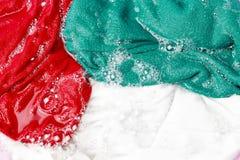 Красочные одежды помыли с тазом с пузырями мыла, концом-вверх, взглядом сверху стоковое фото rf