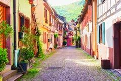 Красочные дома в живописной улице, Kaysersberg, Эльзасе, Франции Стоковые Изображения