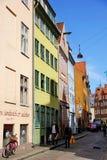 красочные дома Копенгагена в узкой улице Стоковое фото RF