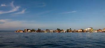 Красочные дома на береге del Toro Bocas острова стоковое изображение