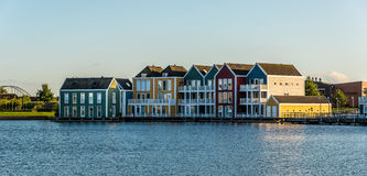 Красочные дома строки в Houten, Нидерландах, на сумраке и reflecti Стоковые Изображения