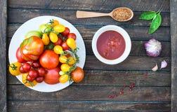 Красочные органические томаты в белой плите с специями кетчуп и Стоковое фото RF