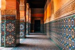 Красочные орнаментальные плитки на морокканском дворе стоковое фото