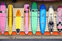 Красочные доски прибоя выровнялись вверх в улицах Мауи, Гаваи Стоковое Изображение RF