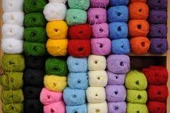 Красочные пасма пряжи шерстей Стоковые Фотографии RF