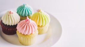 Красочные пастельные булочки торта чашки на белизне Стоковое Изображение RF