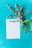 Красочные пастельные пасхальные яйца в шаре с чистым листом бумаги маркируют для tex Стоковое Изображение
