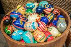 Красочные пасхальные яйца в деревянном ведре Стоковая Фотография
