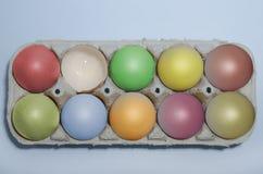 Красочные пасхальные яйца в подносе Стоковые Фото