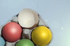 Красочные пасхальные яйца в подносе Стоковое Изображение RF