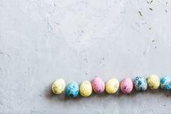 Красочные пасхальные яйца лежа на серой конкретной предпосылке Плоское положение Взгляд сверху Принципиальная схема праздника уст стоковые изображения rf