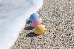 Красочные пасхальные яйца на взморье в солнечном дне Стоковое фото RF
