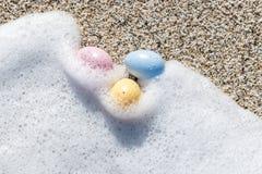 Красочные пасхальные яйца на взморье в солнечном дне Стоковое Изображение