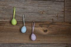 Красочные пасхальные яйца на выдержанной деревянной стене стоковое изображение rf