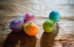 Красочные пасхальные яйца на деревенской предпосылке Стоковая Фотография RF