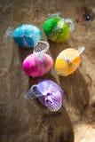Красочные пасхальные яйца на деревенской предпосылке Стоковые Изображения