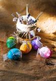 Красочные пасхальные яйца на деревенской предпосылке Стоковое Фото