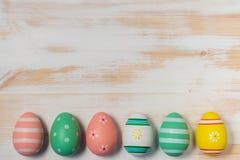 Красочные пасхальные яйца на деревянной предпосылке Стоковые Изображения RF