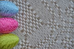 Красочные пасхальные яйца на естественной сделанной по образцу linen скатерти стоковое фото rf