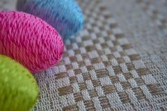 Красочные пасхальные яйца на сделанной по образцу linen скатерти стоковая фотография