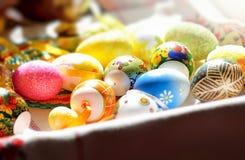 Красочные пасхальные яйца на таблице Стоковые Изображения RF