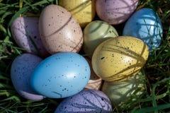 Красочные пасхальные яйца на траве в солнечном дне Стоковое Изображение