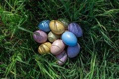 Красочные пасхальные яйца на траве в солнечном дне Стоковое Фото