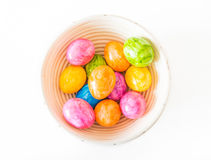 Красочные пасхальные яйца в деревянном шаре и белой предпосылке стоковые фотографии rf