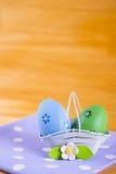 Красочные пасхальные яйца в корзине с цветком на ткани на деревянном b Стоковая Фотография RF