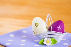 Красочные пасхальные яйца в корзине с цветком на ткани на деревянном b Стоковое Изображение RF