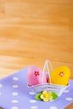 Красочные пасхальные яйца в корзине с цветком на ткани на деревянном b Стоковые Фото