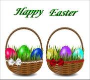 Красочные пасхальные яйца в плетеной корзине с смычком Стоковые Изображения