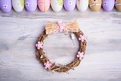 Красочные пасхальные яйца и гнездо на серой деревянной предпосылке Стоковое фото RF
