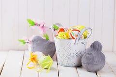Красочные пасхальные яйца и каменные птицы Стоковое Фото